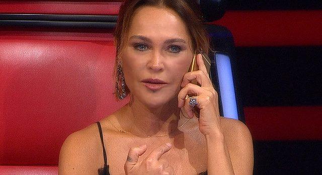 O Ses Türkiye'de Hülya Avşar Telefona Sarıldı
